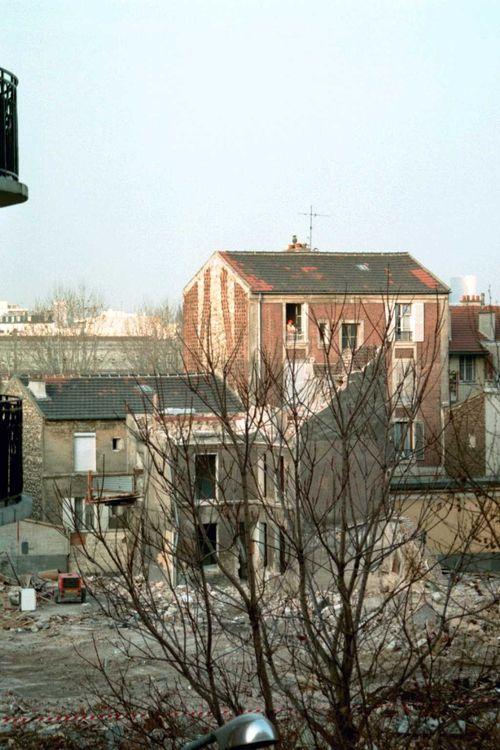 Immeuble gris et dame à sa fenêtre_160304