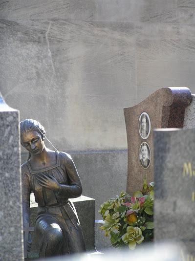 La statue venait de poser un bouquet (mais restait chagrinée)_191008PA190030